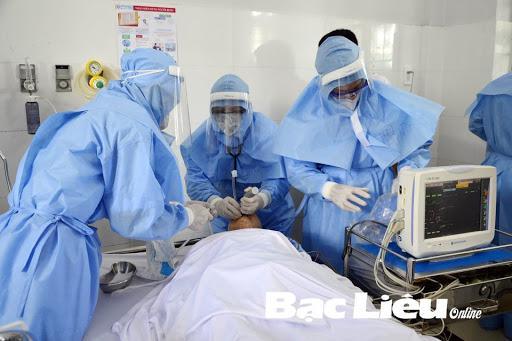 Nhân viên chăm sóc y tế sử dụng quần áo bảo hộ