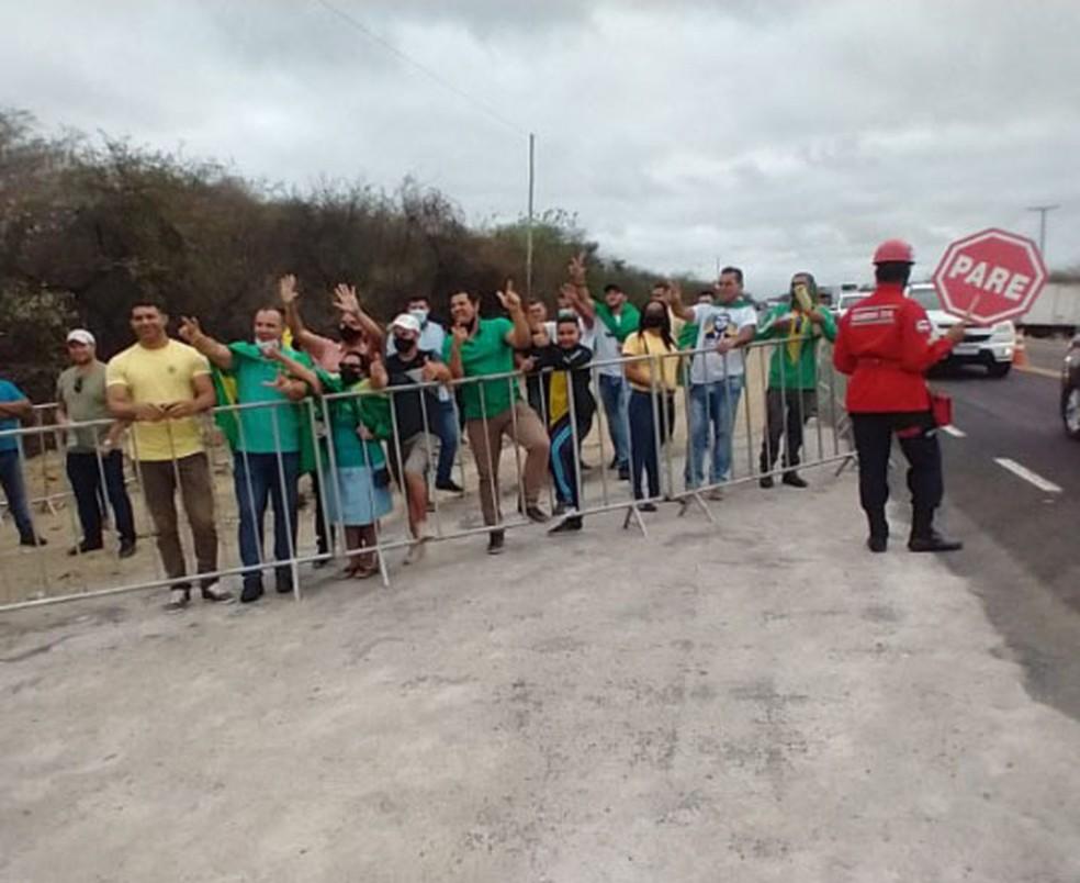 Apoiadores do presidente Jair Bolsonaro em Tanhaçu (BA) — Foto: Nayla Santos/TV Sudoeste