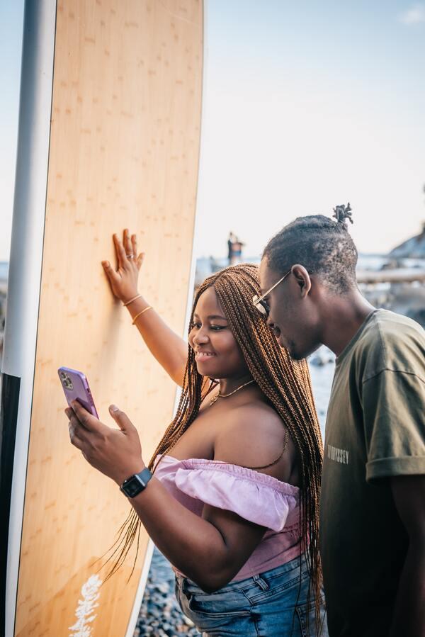 dois amigos vendo o celular