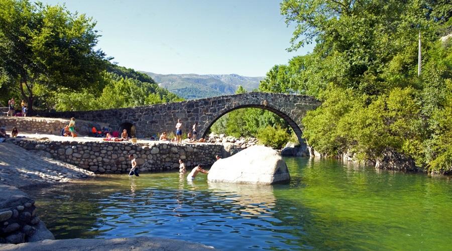 Podrás bañarte mientras observas el Puente Parral de fondo y de paso disfrutas de la arquitectura medieval