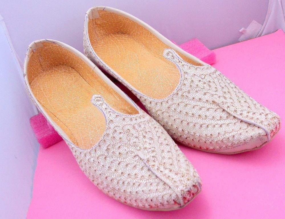 Groom's shoes/Royal Look Traditinol Indian Rajasthani Handmade mojri / mojari/Juti/jooti/Party Wear Mojari/Men Fashi… | Groom shoes, Fashion  flats, Fashion shoes