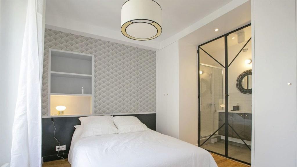 Une image contenant intérieur, mur, lit, plancher  Description générée automatiquement