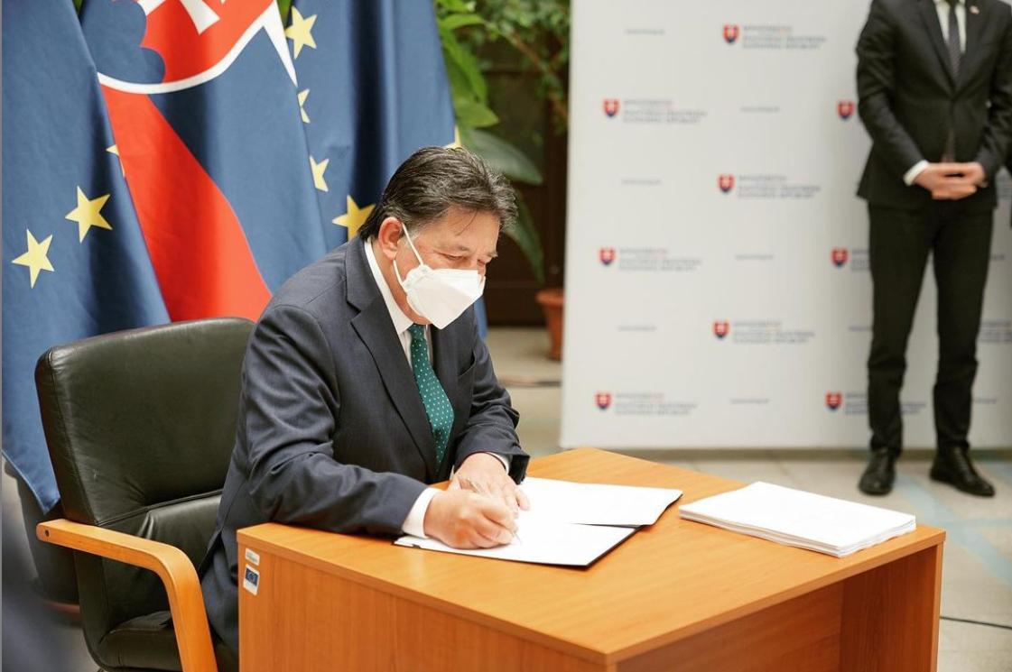 Ministr Ján Budaj podepisuje vyhlášku, zařazující vlka mezi celoročně chráněné druhy; zdroj: https://www.instagram.com/janbudaj_/