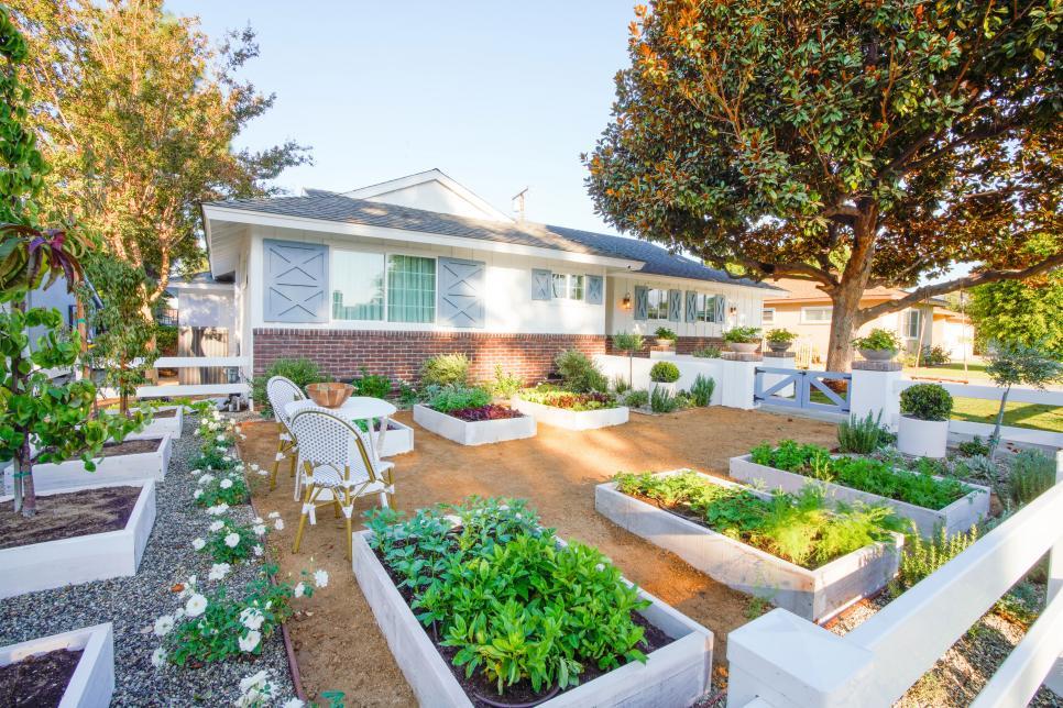 Inspirasi desain taman belakang untuk desain rumah universal - source: hgtv.com
