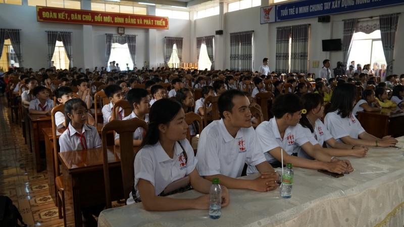 Sự kiện thu hút hàng trăm học sinh, giáo viên và thanh thiếu niên tham dự.