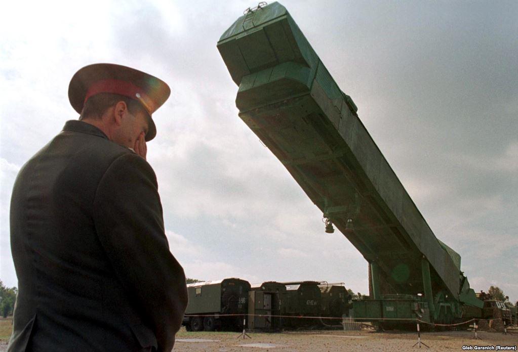 Офіцер української армії спостерігає за тим, як пускову установку ракети РС-24 витягають із шахти на військовій базі поруч із Первомайським на півдні України. 29 вересня 1998 року