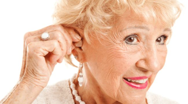 Người già phải đeo máy trợ thính trong thời gian dài