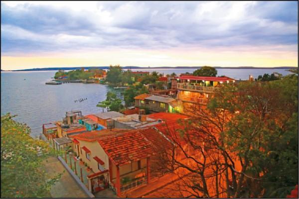 從巴利宮天台可眺望西恩富戈斯美麗的海灣。