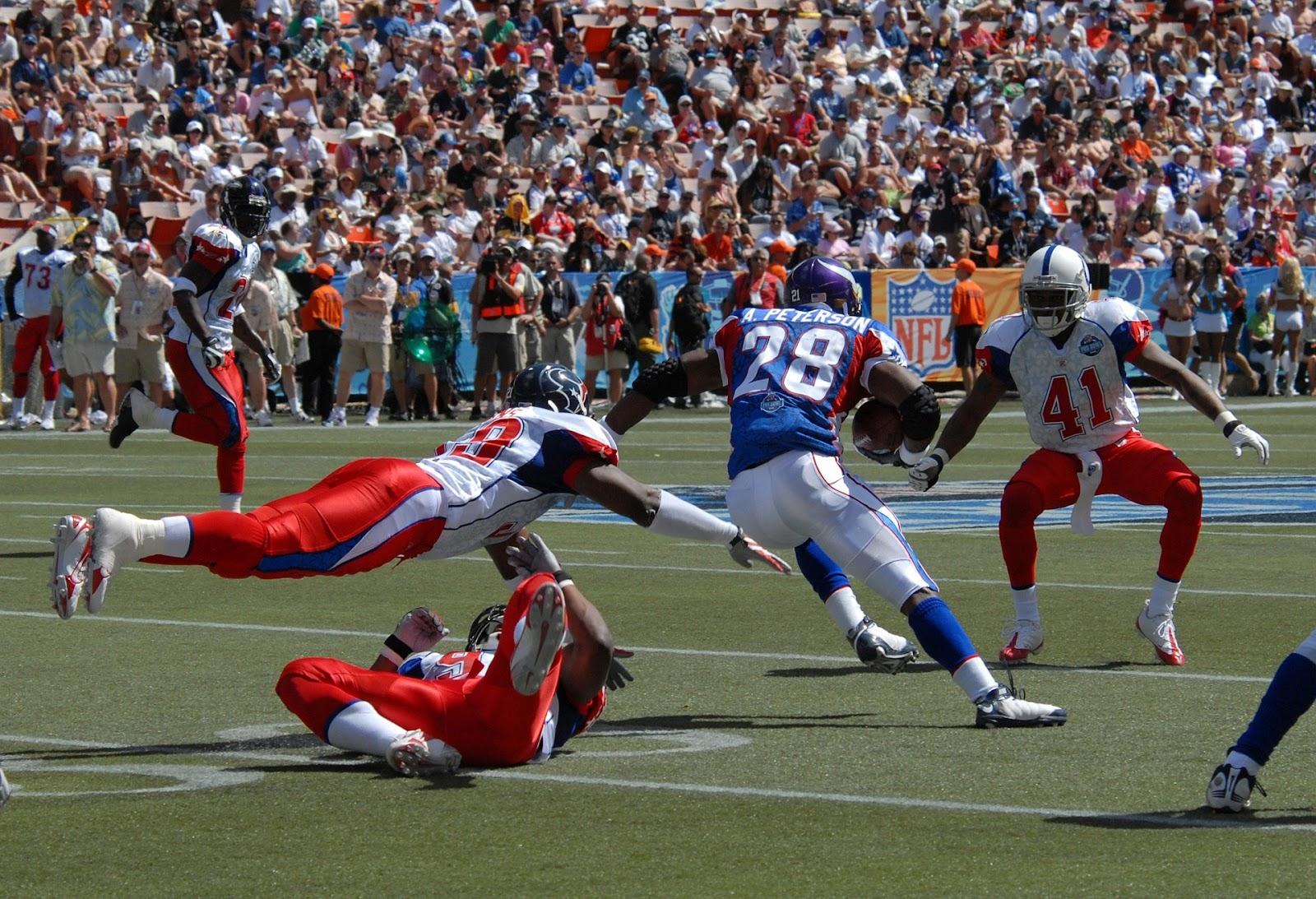 Mỗi pha va chạm của một cầu thủ bóng bầu dục Mỹ trong trận đấu giống như bị một chiếc ô tô đâm