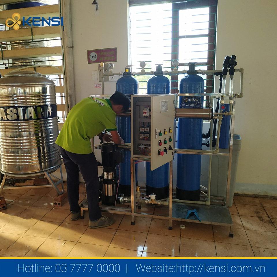 Kỹ thuật viên đang kiểm tra vận hành hệ thống lọc nước tại Sơn La