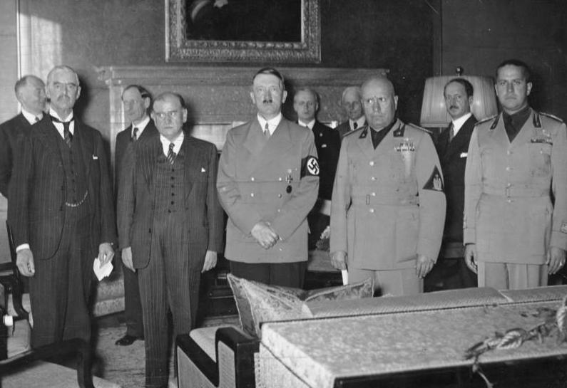 Фото с Википедии, на котором стоят учасники Мюнхенского соглашения 1938 года: премьер-министр Великобритании Невилл Чемберлен, премьер-министр Франции Эдуар Даладье, рейхсканцлер Германии Адольф Гитлер и премьер-министр Италии Бенито Муссолини