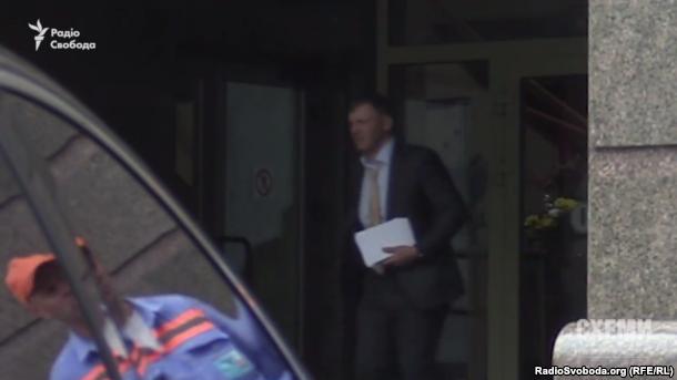 Сергій Тищенко виходить з ресторану «Інк» після зустрічі з Грановським