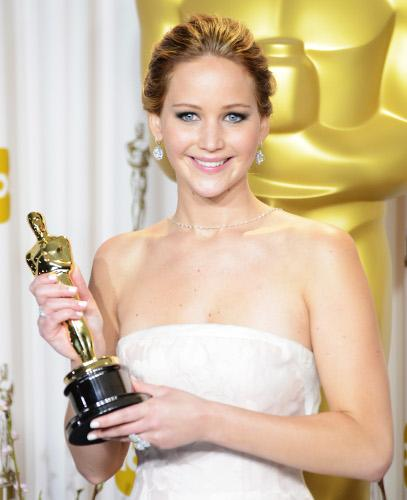 http://blog-static.hola.com/nosvamosdejoyas/files/2013/02/1-Jennifer-Lawrence-con-estatuilla-500.jpg