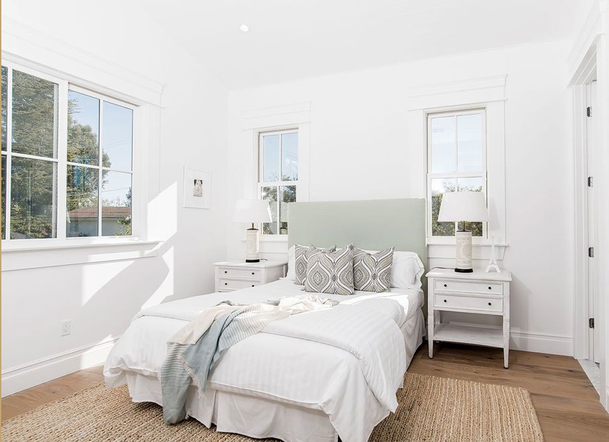 Lots of White Ideas Gives Men's Bedroom a Clean Look