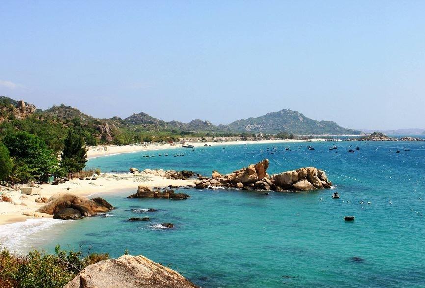 Để tới được đảo Cô tô, bạn hãy mua vé tàu gỗ hoặc tàu cao tốc
