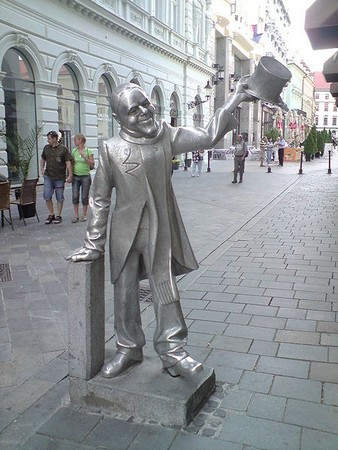 Statue-Schone-Naci.jpg