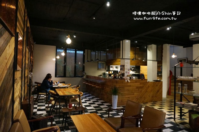 煙燻咖啡館內空間寬敞