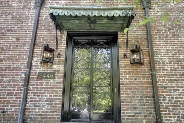 Một chiếc cửa ra vào thiết kế theo lối cổ điển. Căn nhà được xây từ năm 1928.