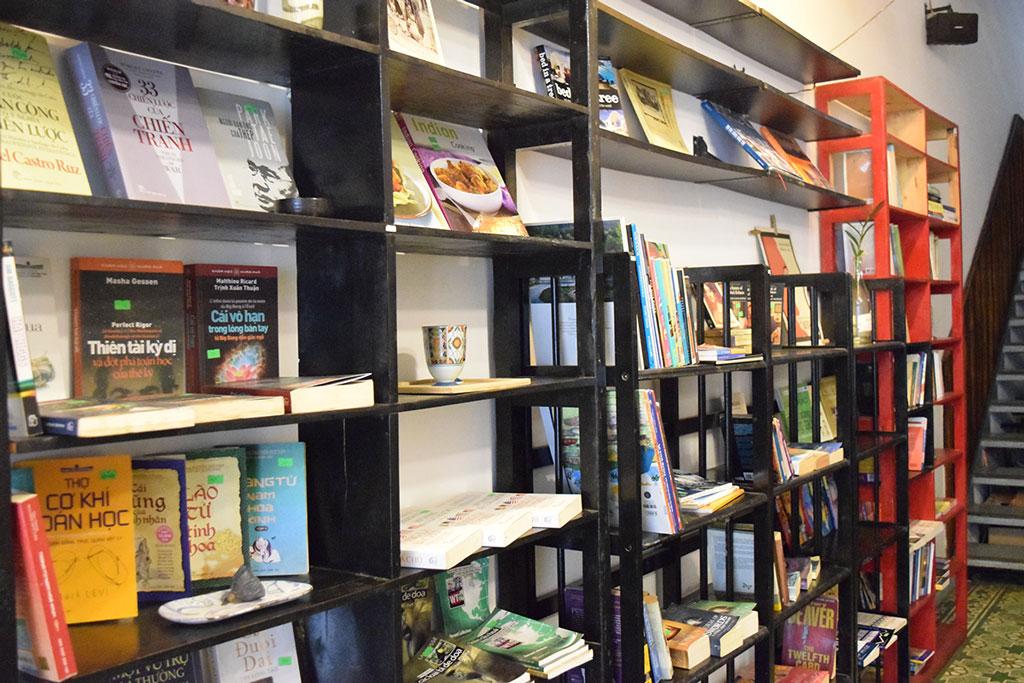 Sảnh dưới của homestay đồng thời là Kafka Bookstore rất phù hợp cho những ai đam mê sách