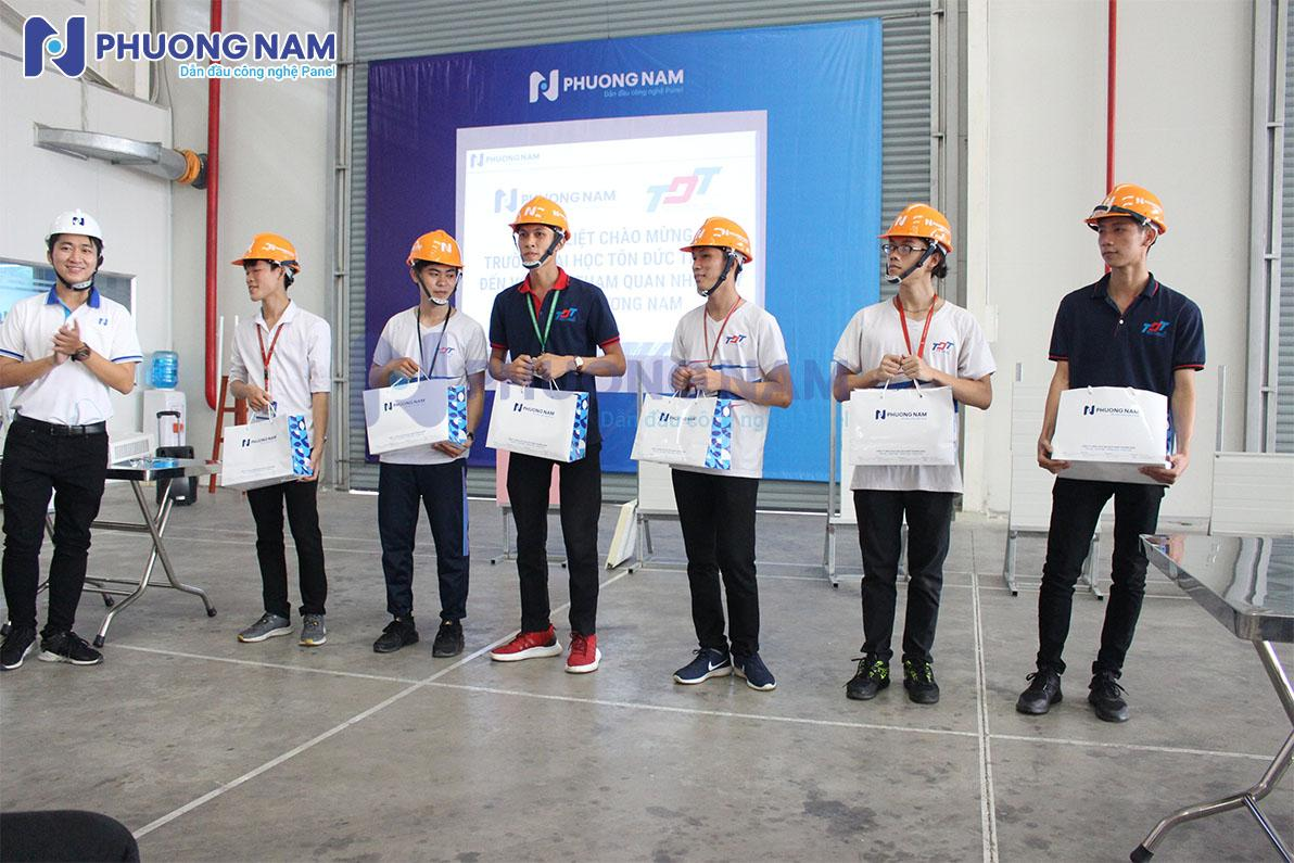 Panel Phương Nam trao giải cho các bạn sinh viên Tôn Đức Thắng