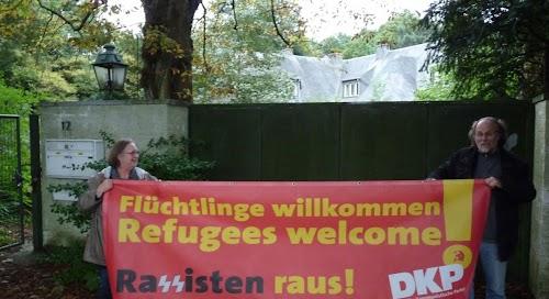 Aktionisten mit Transparent »Flüchtlinge willkommen...«.