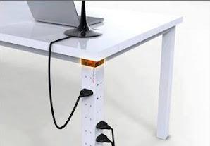 enchufes incorporados en el diseño de la mesa