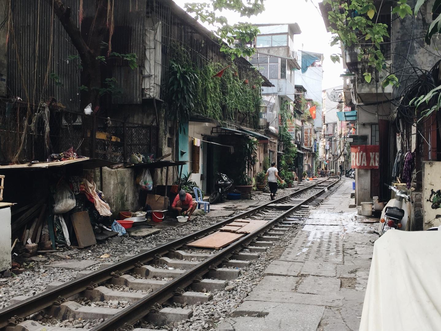 """Con """"phố đường tàu"""" nối liền với phố Khâm Thiên.(Ảnh: Minh Huyền)"""