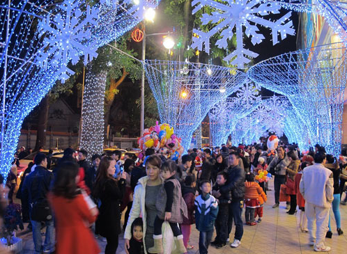 Mọi người chào đón một Giáng sinh an lành và vui vẻ tại Diamond Plaza