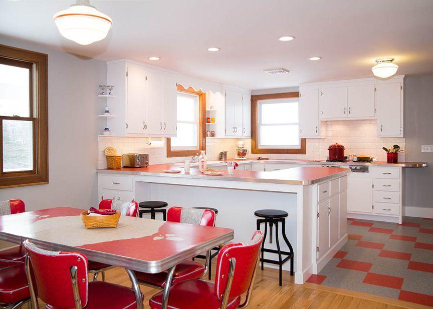 Màu đỏ gợi lên tính chất vui tươi mà phong cách retro luôn mang lại cho không gian phòng bếp