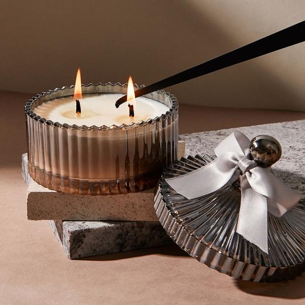 使用滅燭勾將香氛蠟燭燭火熄滅
