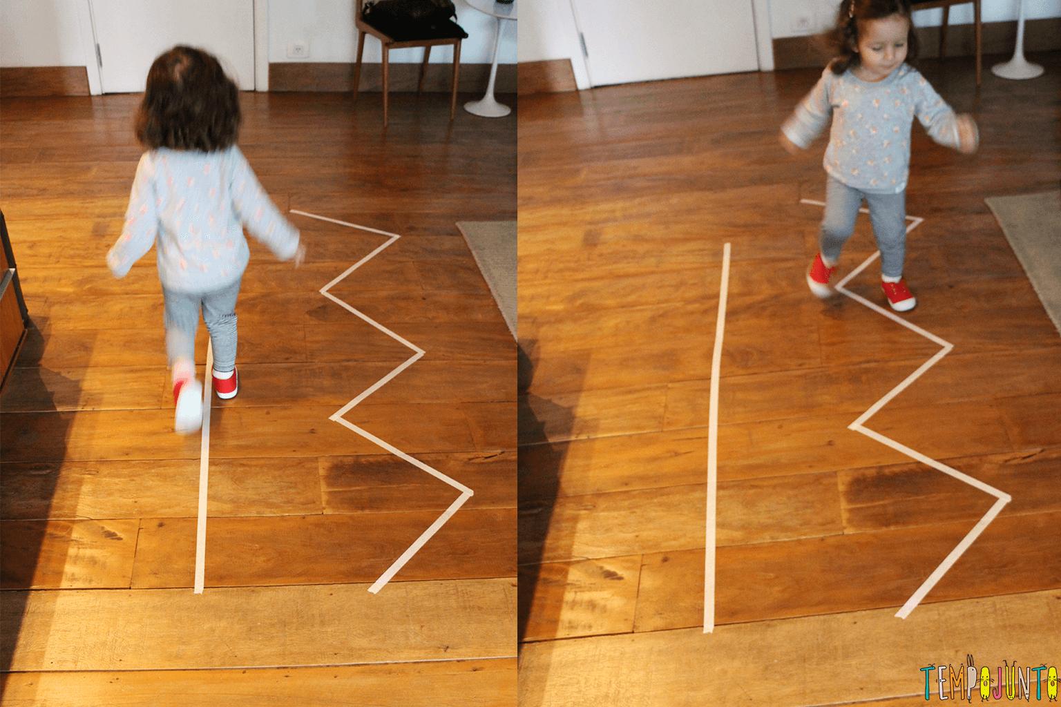 Marcações com fita crepe para coordenação na caminhada da criança.