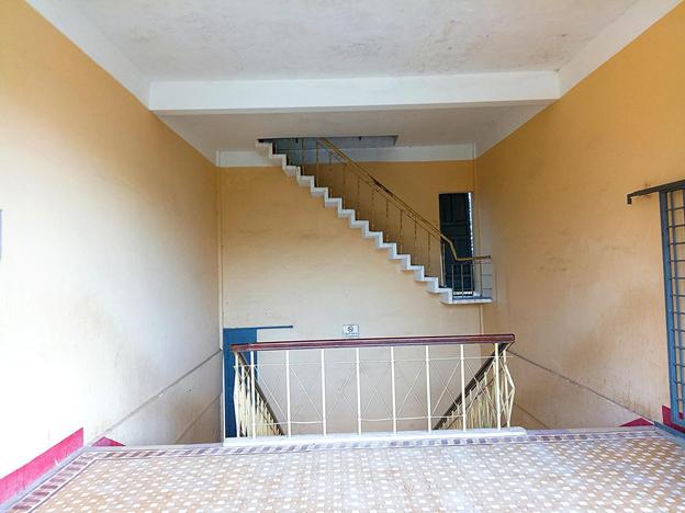 Cầu thang bị chấm 0 điểm khi treo lơ lửng giữa không trung, song nhìn kĩ lối ra mới thấy cái tài tình của kiến trúc sư - ảnh 1