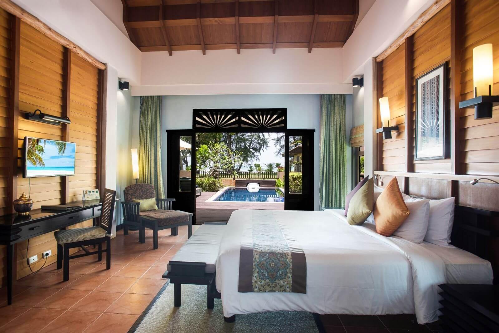 Phòng ngủ của biệt thự với sự thoáng mát, hướng ra bể bơi