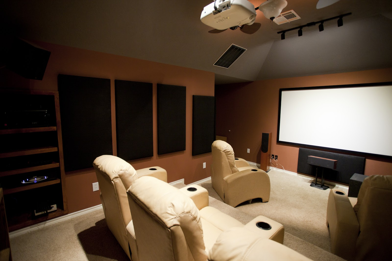 https://upload.wikimedia.org/wikipedia/commons/b/be/Dedicated_home_theater.jpg