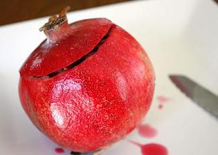 تقطيع الجزء العلوى من ثمرة الرمان