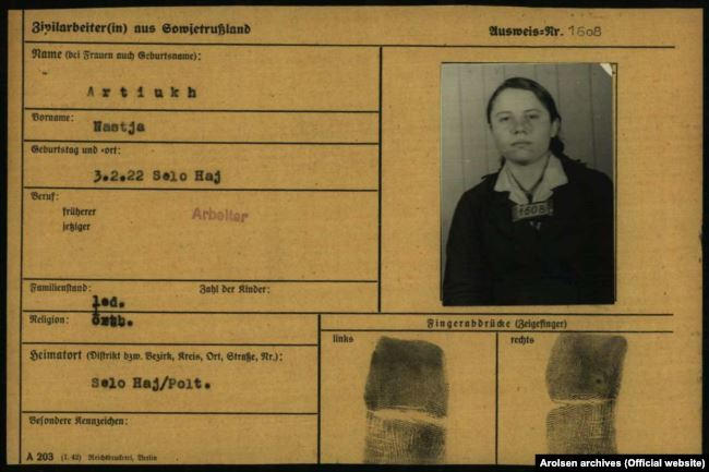 Реєстраційна картка примусової робітниці із Полтавщини Насті Артюх, яка працювала в Німеччині на карбідному заводі. Arolsen archives