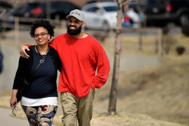 古巴移民利瑪馬林(右)多年前武裝搶劫定罪,成為遣返目標,但獲得科羅拉多州長特赦,遣返取消終獲自由。圖為太太接他出獄。(Getty Images)