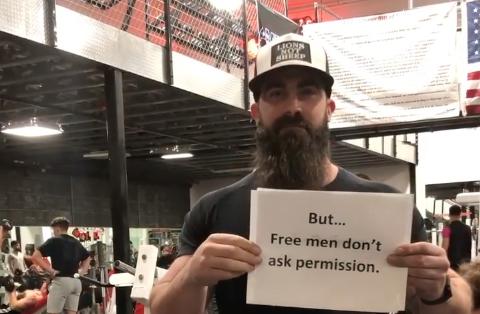 """""""Governador vai nos multar em US$ 15.000 quando ver esse vídeo, mas homens livres não pedem permissão. Nem desculpas."""", escreve Smith."""