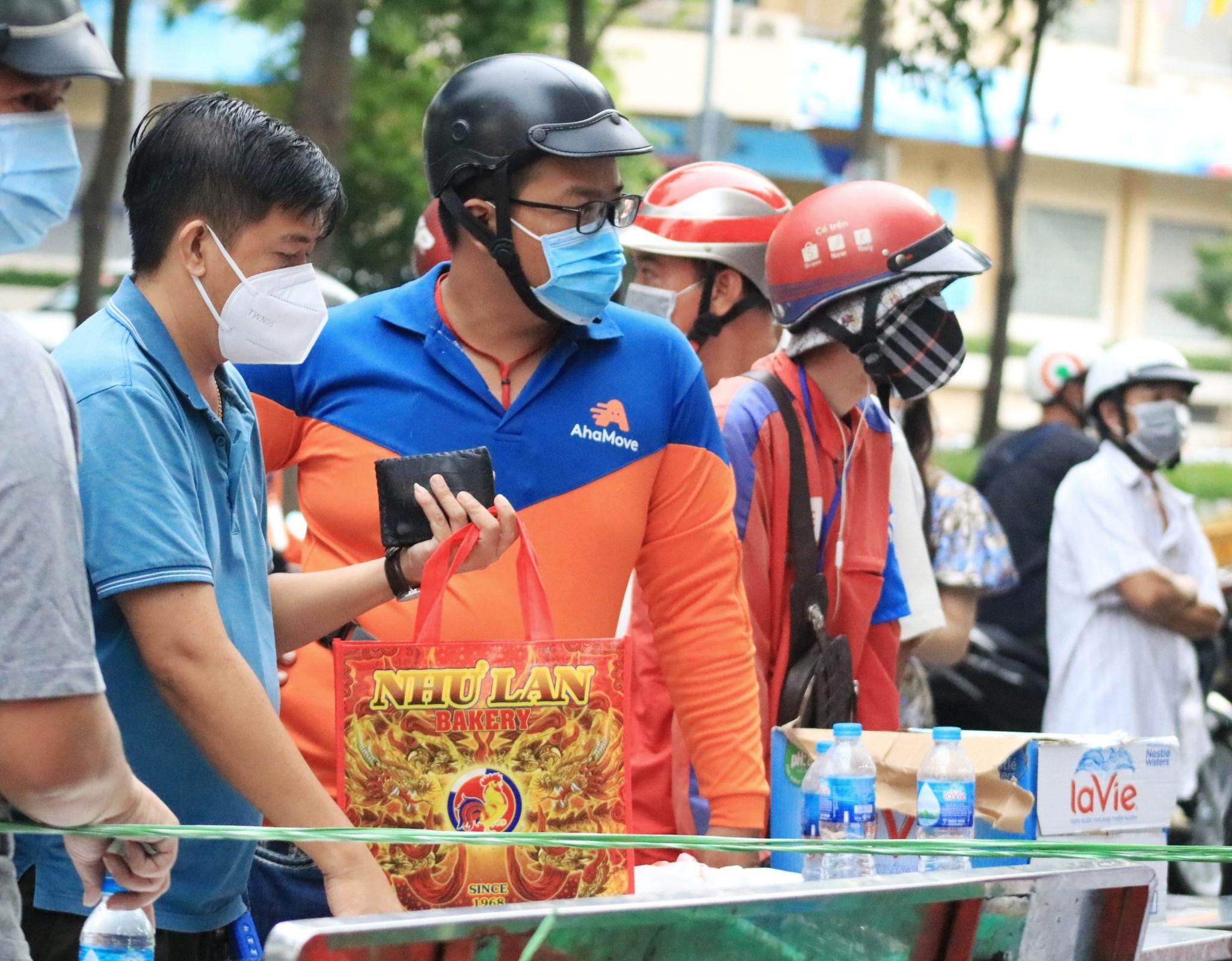 Người Sài Gòn xếp hàng mua bánh Trung thu - ảnh 6