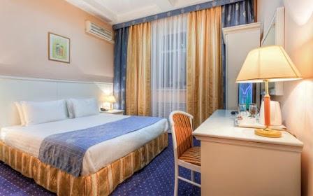 Завтрак включен в стоимость. В номере: двуспальная кровать (или 2 односпальных), ванная комната, телевизор, холодильник, рабочая зона, беcплатный wi-fi. Номера расположены на 4 этаже отеля.