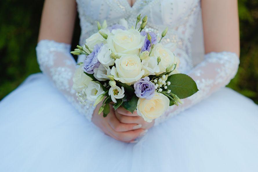 Эустомы и розы в букете невесты