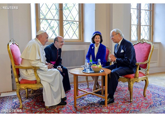 Pope Francis talks to Queen Silvia of Sweden and King Carl XVI Gustaf of Sweden at the King's House in Lund, Sweden October 31, 2016 - REUTERS