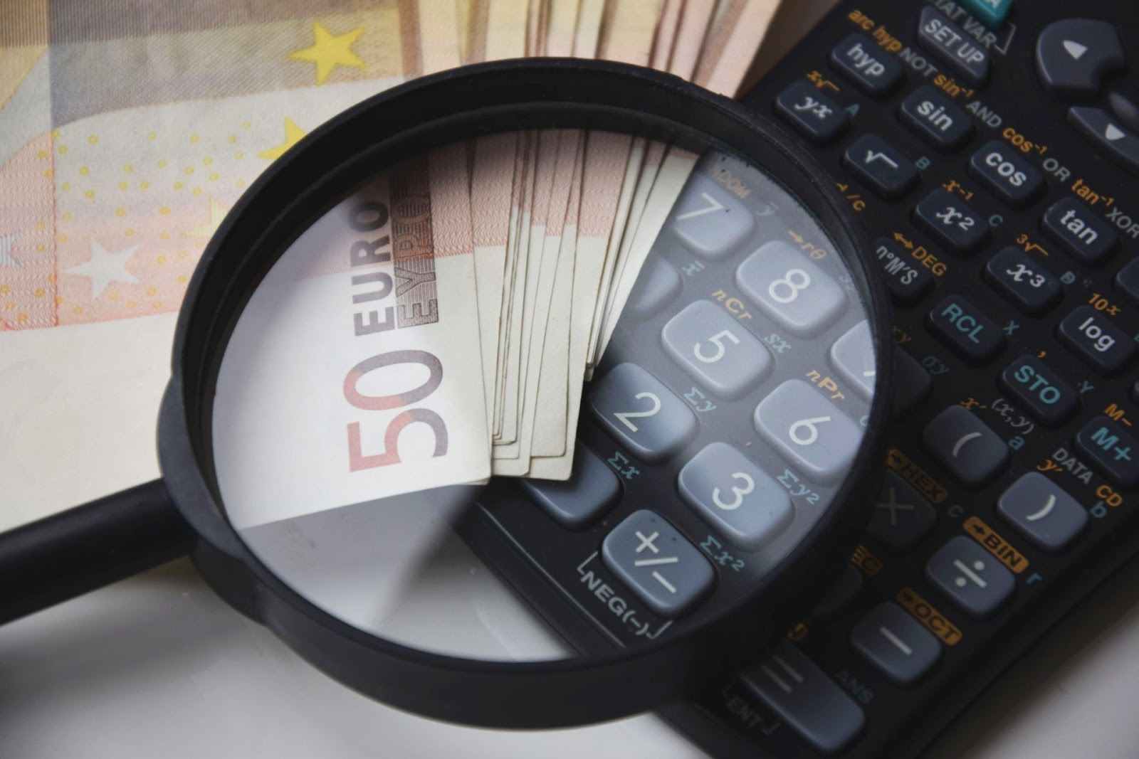 Lupa, calculadora e dinheiro em notas