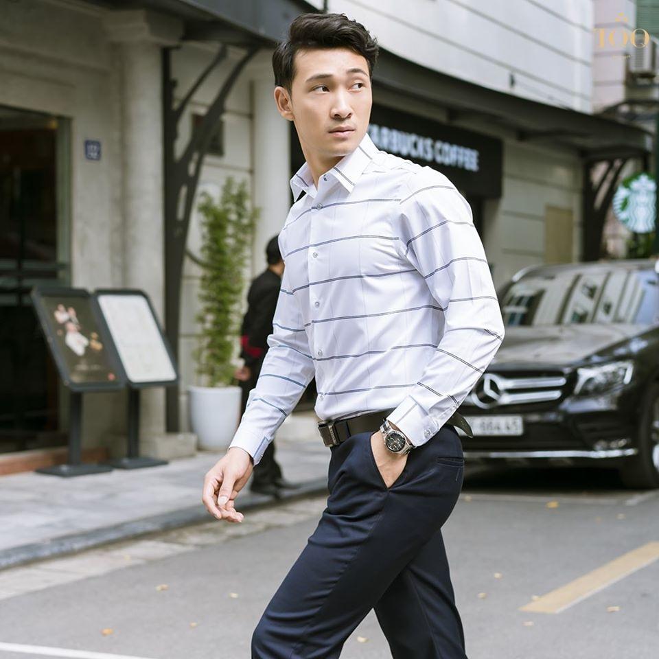 Sơ mi họa tiết kẻ ngang lớn với quần âu đen trơn tạo cảm giác đầy đặn, khỏe khoắn hơn cho người mặc.
