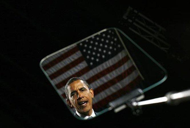 Hình ảnh Obama phản chiếu trên màn hình máy nhắc chữ trong chiến dịch tranh cử năm 2008.