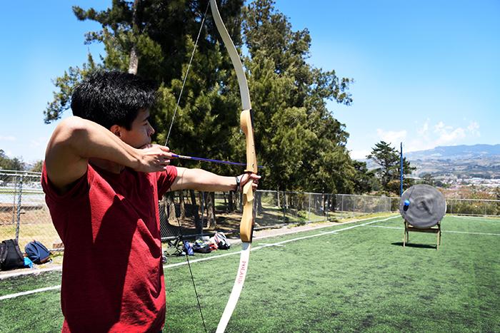 Una mañana ventosa no impidió que la primera parte del taller de arquería se llevara a cabo el lunes 27 de febrero. Foto: Ruth Garita/OCM.