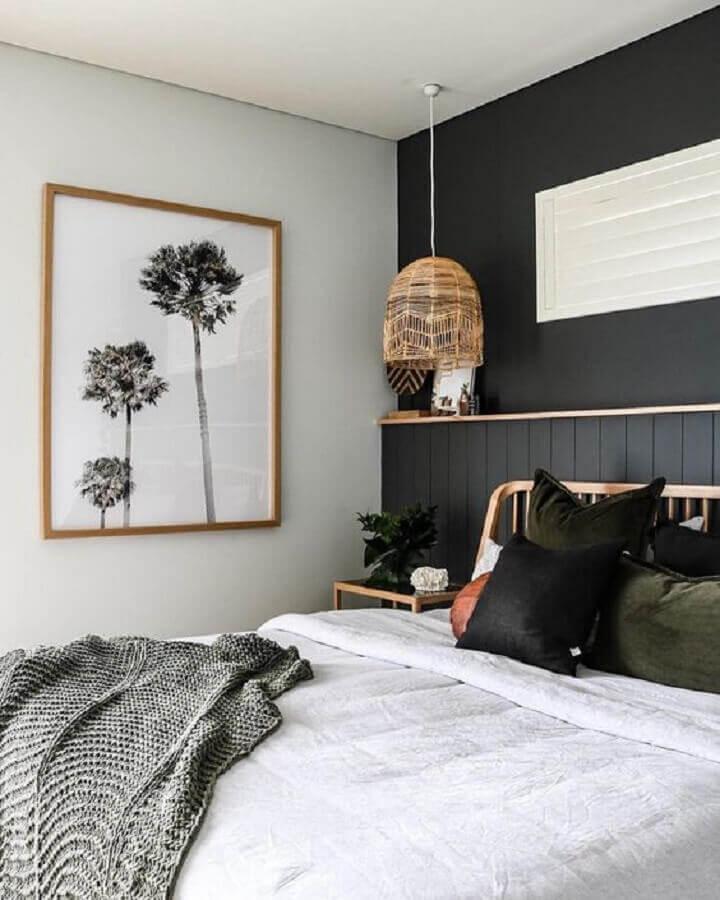 Cama de casal e quadros na parede  Descrição gerada automaticamente