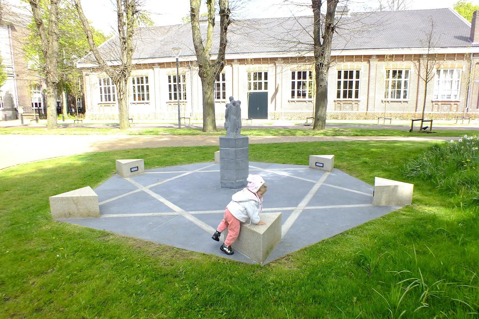 И сперва я подумал: а вдруг кто-нибудь начнет ругаться, что это за ребенок играется на памятнике. А потом я подумал: уж если какой ребенок и должен играться на этом памятнике, так это вот этот.