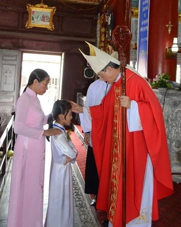 Đức Cha thăm mục vụ và ban Bí tích Thêm Sức tại giáo xứ Cách Tâm