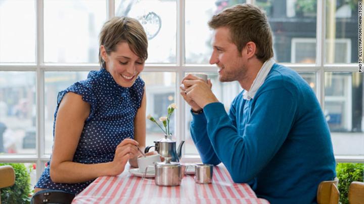 Hãy tỏ ra thân mật với người khác là cách giữ chàng bên mình hiệu quả.